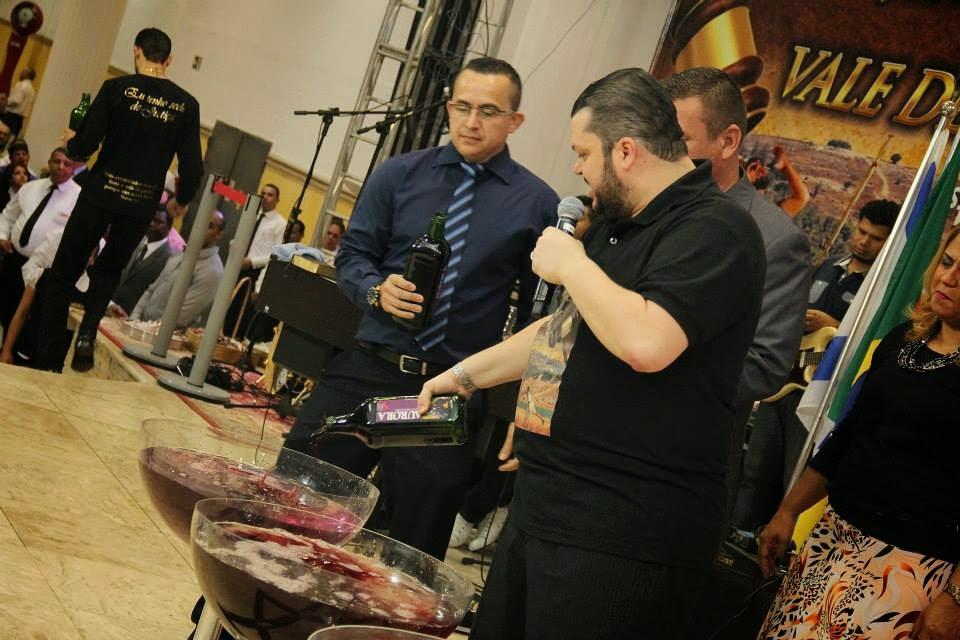 Resultado de imagem para Pastores vendem suco de uva 'ungido'