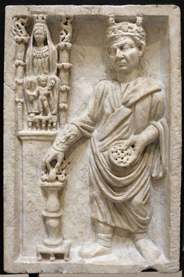 Sacerdote_che_sacrifica_a_cibele_(archigallo),_III_sec,_dalla_necropoli_di_porta_all'isola_sacra